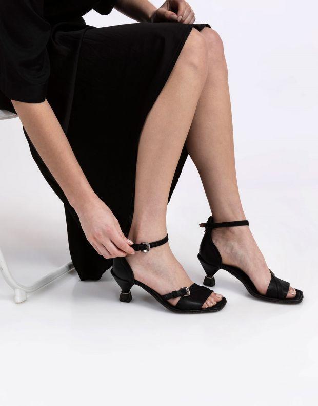 נעלי נשים - A.S. 98 - סנדלי עקב עם אבזם HEAR - שחור