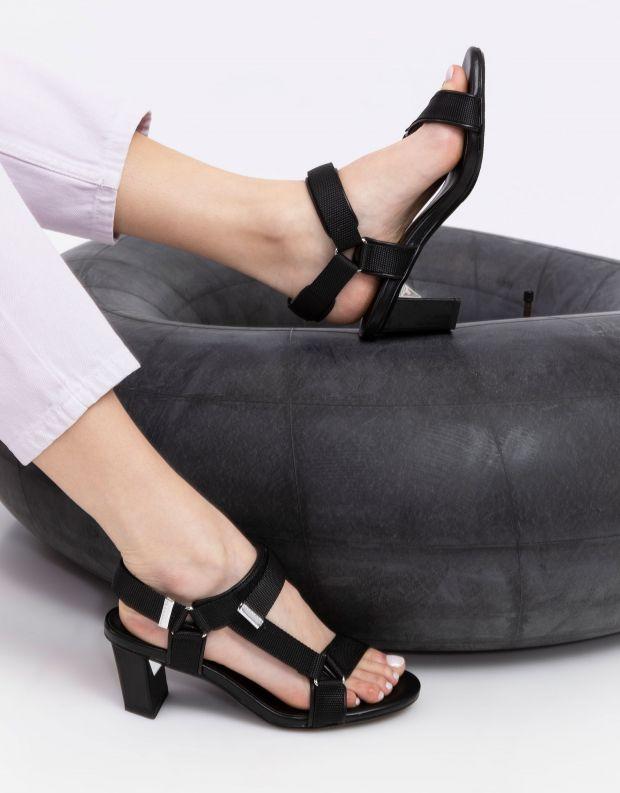 נעלי נשים - United Nude - סנדלים AURA עקב בינוני - שחור