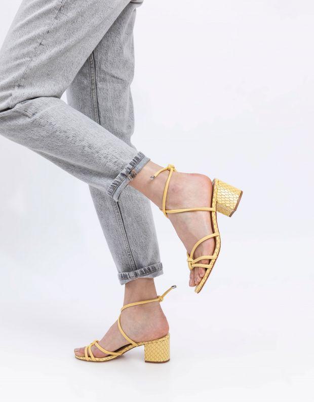 נעלי נשים - Schutz - סנדלים עם קשירה LILIAN - צהוב