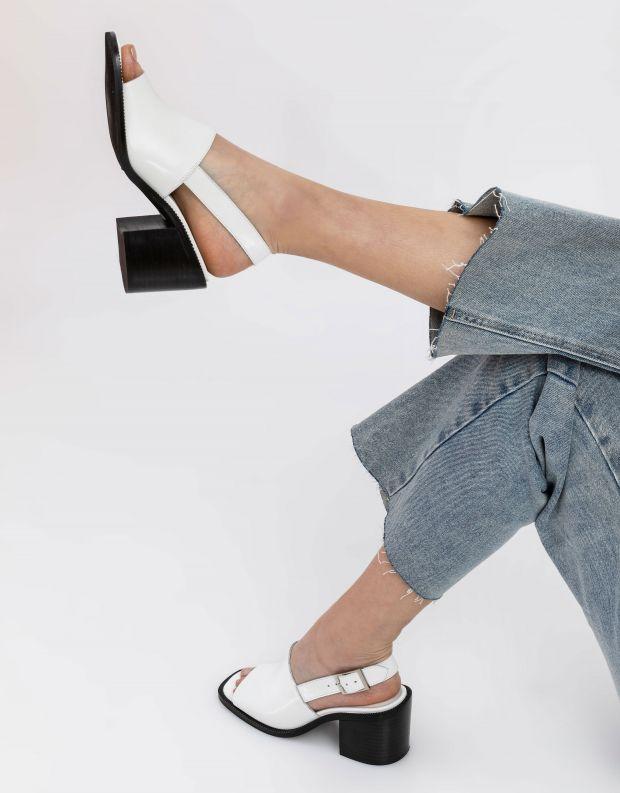 נעלי נשים - Jeffrey Campbell - סנדלי עקב עם אבזם FLANDER - לבן