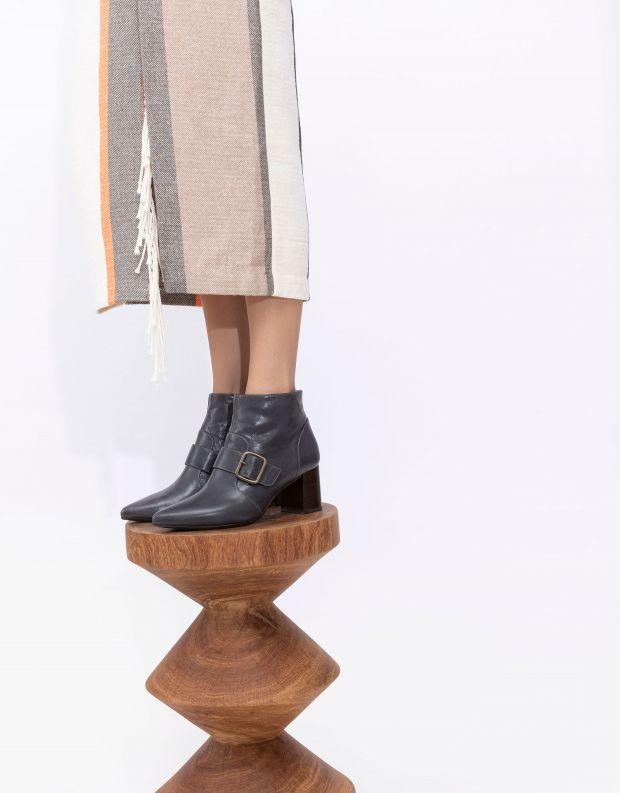 נעלי נשים - Chie Mihara - מגפוני עקב עם אבזם QUENCA - אפור
